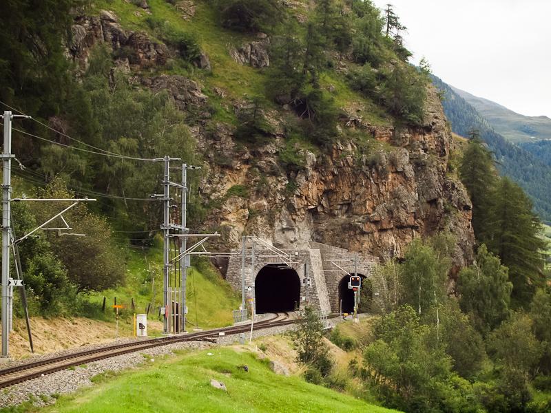 A Sasslatsch II elágazás, jobbra Sagliains az Engadinban, balra Klosters a Prättigauban a Vereina-bázisalagúton keresztül fotó