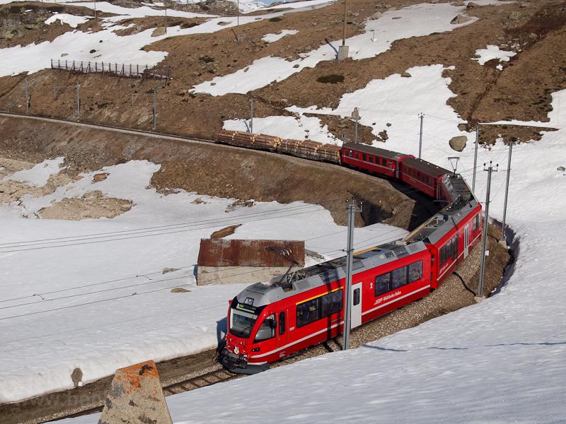 Az RhB ABe 8/12 3507 pályaszámú Allegra motorvonat Bernina Lagalb és Ospizio Bernina között fotó