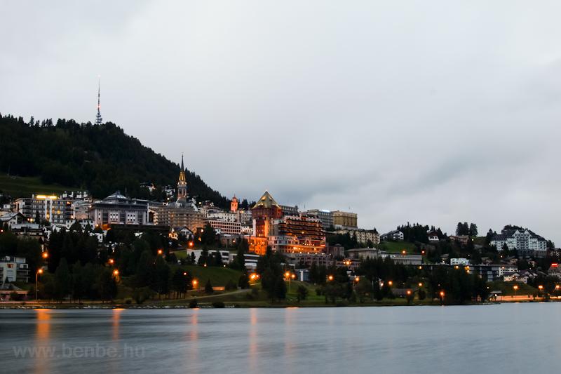 Sankt Moritz éjszakai látképe - előtérben a Lai da San Murezzan fotó