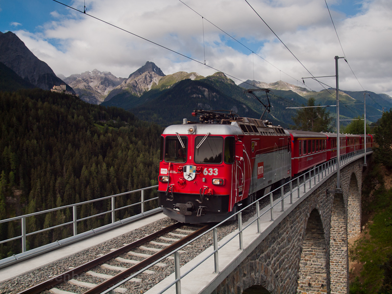 The RhB Ge 4/4 II  633 is seen between Ftan-Baraigla and Scuol-Tarasp on the Val Lumes-Viadukt photo