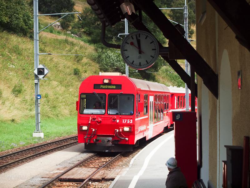 Az RhB BDt 1753-as vezérlőkocsi Susch állomáson fotó