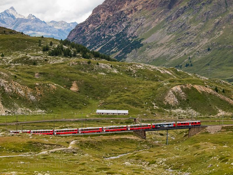 Legyen valami öregebb is: két TW III-as, az ABe 4/4 III  54-es és az ABe 4/4 III  55-ös a Bernina Express egyik szerelvényével az Obere Berninabachbrückén fotó