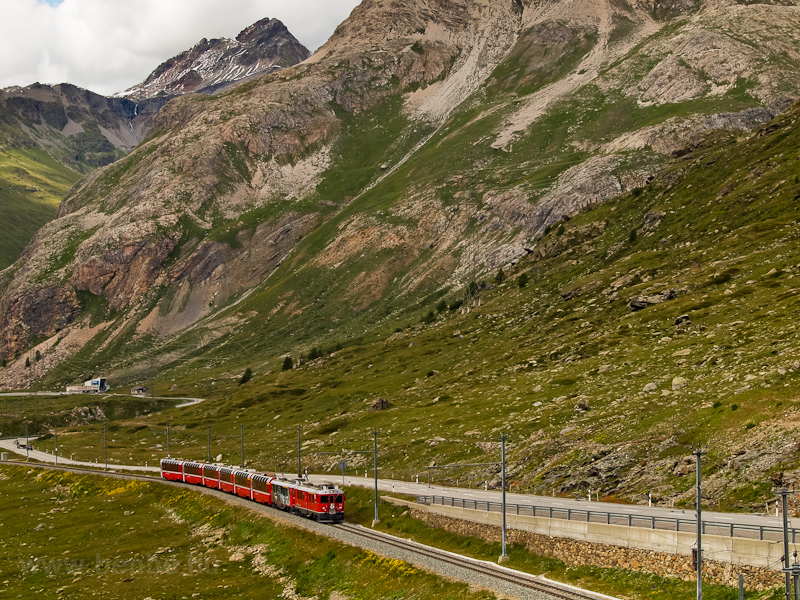 Legyen valami öregebb is: két TW III-as, az ABe 4/4 III  54-es és az ABe 4/4 III  55-ös a Bernina Express egyik szerelvényével Bernina Lagalb és Ospizio Bernina között fotó