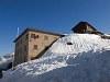 Ospizio Bernina állomás (Bernina Hospitz néven futott, mielőtt a német nevek helyett bevezették volna a helyi nyelvű elnevezéseket)