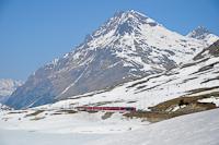 Az ABe 4/4 III  54 és 52 a Bernina-Express panorámavonattal Ospizio Berninánál