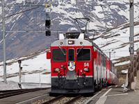 Az ABe 4/4<sup>III</sup> 54 és 52 a Bernina-Express panorámavonattal Ospizio Bernina állomáson