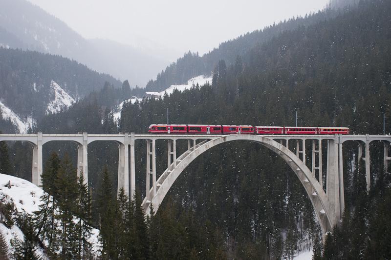 A Rhätische Bahn ABe 8/12 3 fotó