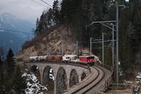 A Rhätische Bahn Ge 6/6<sup>II</sup> 707 tehervonattal Alvaneu és Filisur között a Schmittentoberl-viadukton