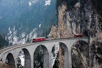 A Rhätische Bahn svájci kisvasút Ge 6/6<sup>II</sup> 706 pályaszámú mozdonya tehervonattal Filisur és Alvaneu között a Landwasser-viadukton
