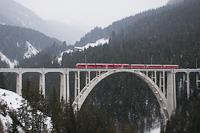 A Rhätische Bahn ABe 8/12 3502 Litzirüti és Langwies között a híres, vasbetonból készült Langwieser-viadukton