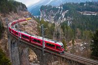 A Rhätische Bahn ABe 8/12 3509 Filisur és Alvaneu között a Schmittentobel-viadukton posta-konténerekkel kiegészítve