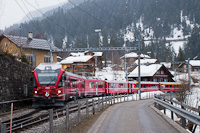 A Rhätische Bahn ABe 8/12 3502 Langwies állomáson
