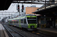 A BLS AG RABe525 <q>NINA</q> 010 motorvonata Neuchâtel állomáson