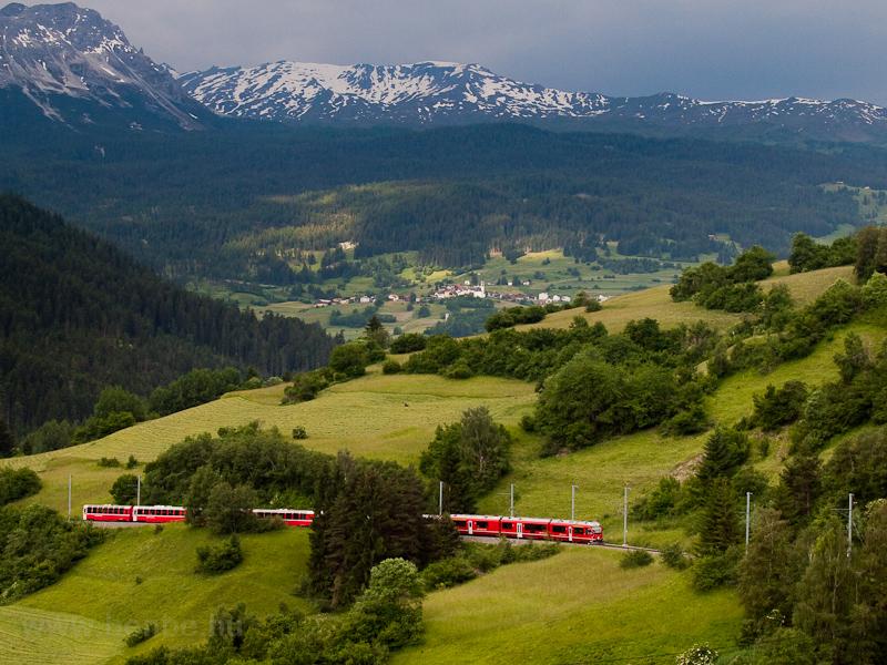 A Rhätische Bahn ABe 8/12 3508  Allegra  Tiefencastel és Surava között egy Bernina-Express vonattal fotó