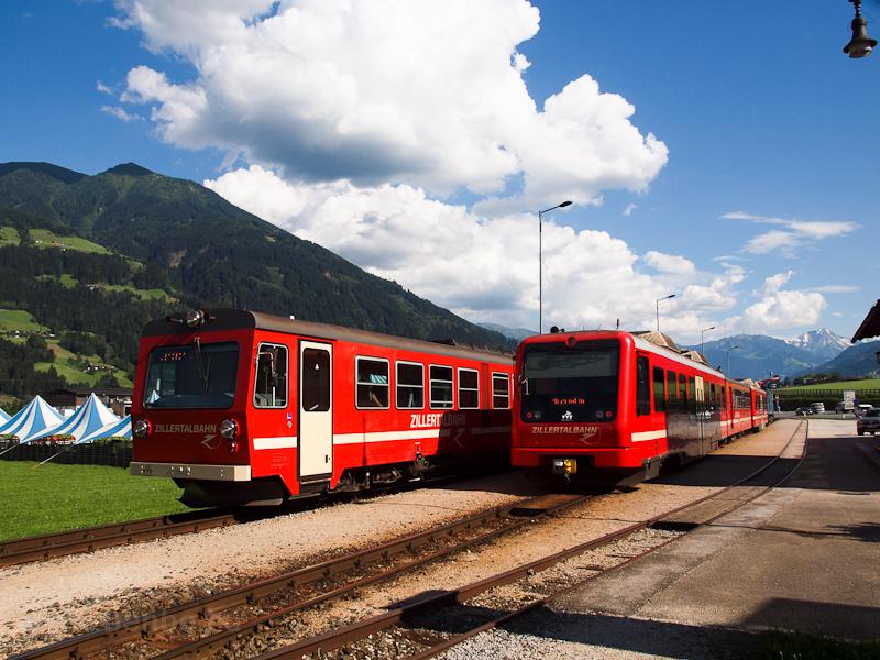A Zillertalbahn VT 4 motorvonat keresztez egy mozdonyos ingával Fügen-Hart im Zillertal állomáson fotó