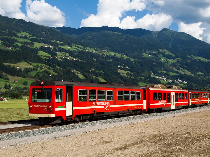 A Zillertalbahn VT 5 Gagering és Schlitters-Bruck am Ziller között egy nyíltvonali rakodóvágánynál fotó
