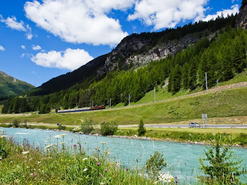 A Rhätische Bahn (RhB) Ge 4/6 353 és a Ge 6/6 I  415 La Punt-Chamues-ch és Madulain között, az előtérben az Inn folyóval fotó