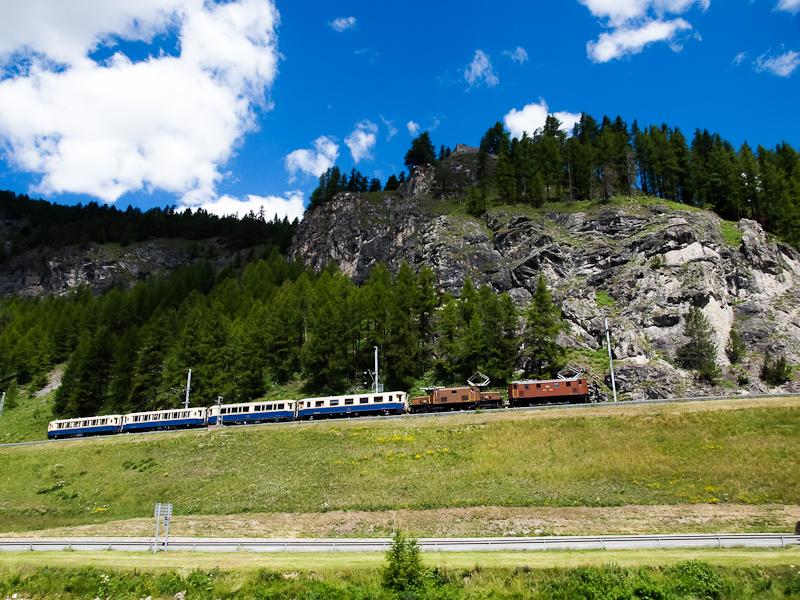 A Rhätische Bahn (RhB) Ge 4/6 353 és a Ge 6/6 I  415 La Punt-Chamues-ch és Madulain között, a háttérben a Ruina da Guardavallal fotó