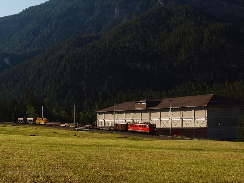 A Rhätische Bahn Ge 6/6 II  705 Surava állomáson fotó