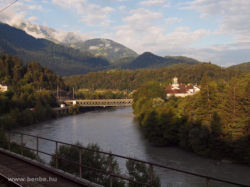 Reichenau: előtérben az állomásról a faluba vezető Rajna-híd, a háttérben az RhB Hátsó-Rajna fölötti hídja fotó