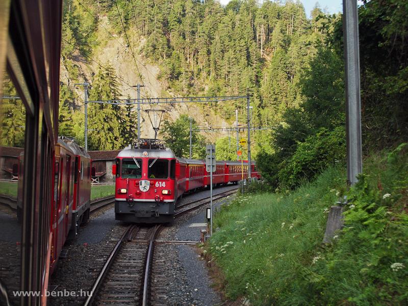 Az RhB Ge 4/4 II  614 pályaszámú mozdonya egy sűrítő Regionalzuggal Trin állomáson fotó
