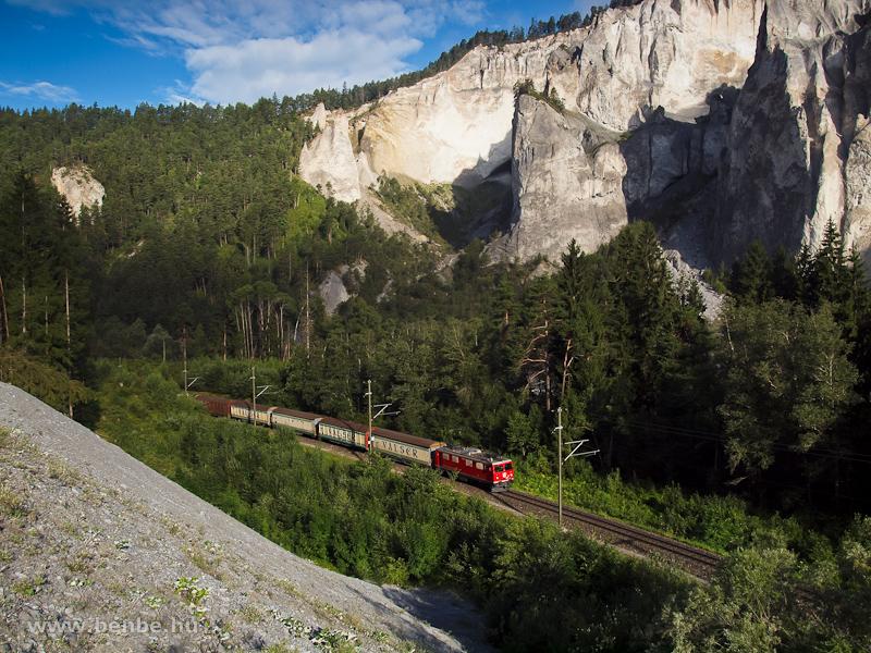 A Ge 4/4 I  610 pályaszámú villanymozdonya Valser ásványvizet szállító tehervonattal Valendas-Sagogn és Versam-Safien között a Rajna-szurdokban fotó