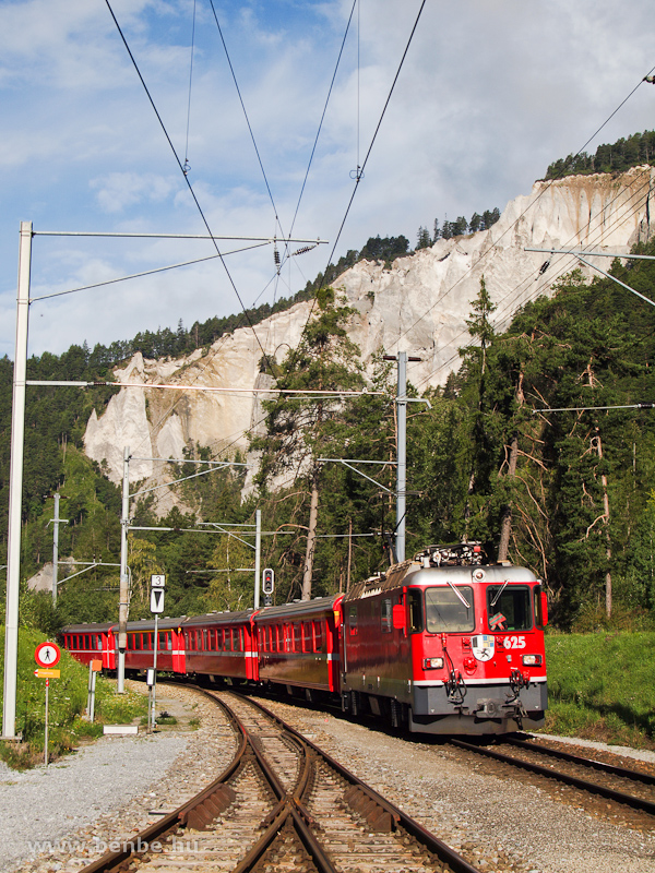 A Ge 4/4 II  625 egy Disentis/Mustér - Scuol-Tarasp REX vonattal Versam-Safien állomáson fotó