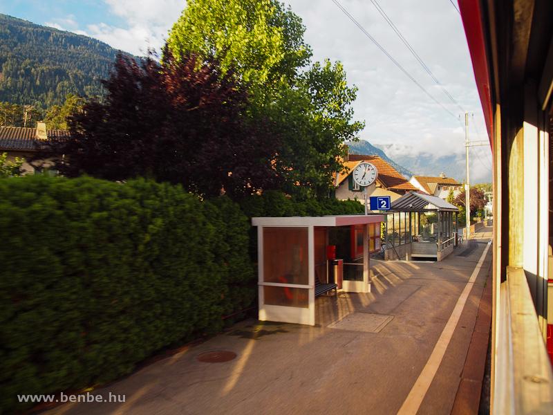 Domat/Ems megálló peronja a Reichenau-Tamins felé vezető vágány mellett fotó