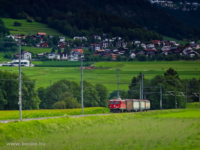 Az RhB Ge 4/4 I  605 egy Valserzug tehervonattal Valendas-Sagogn és Castrisch között fotó