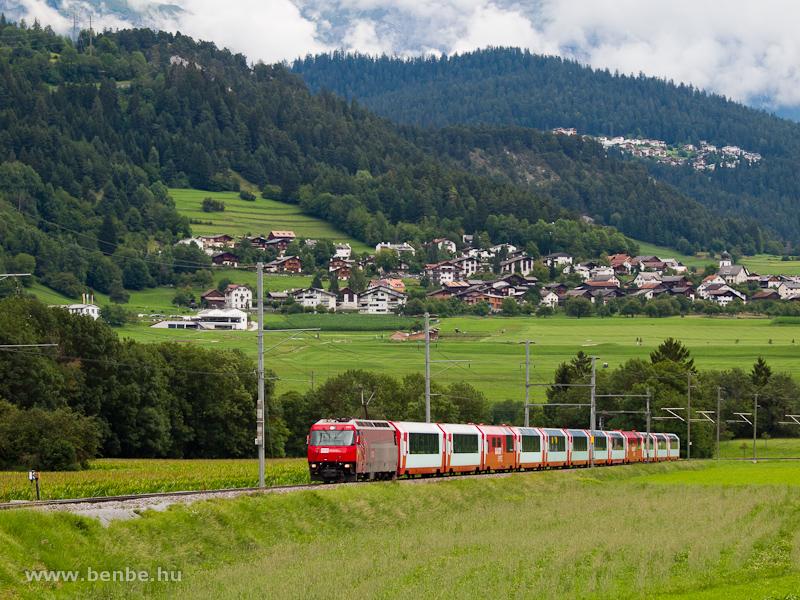 Az RhB Ge 4/4 III  645 a Glacier-expresszel Castrisch állomáson fotó
