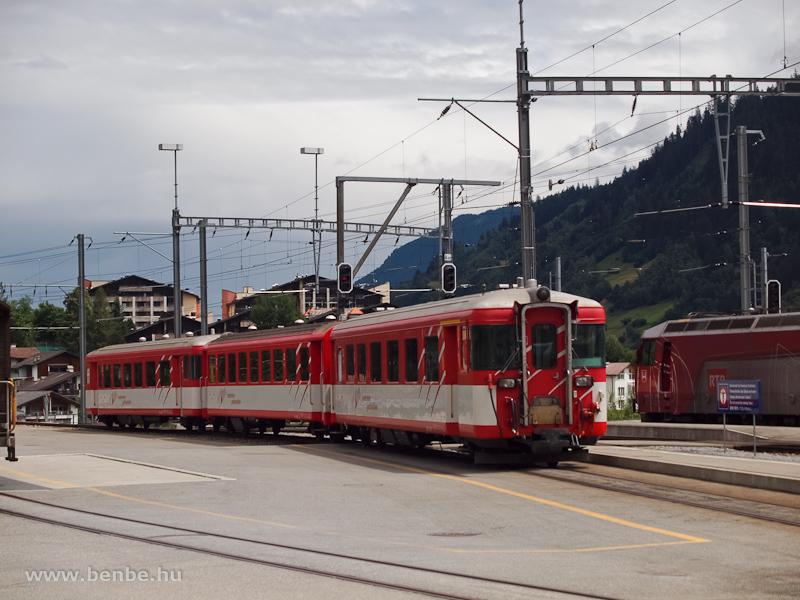 Matterhorn-Gotthardbahn ingavonati szerelvény egy tárolóvágányon félreállítva Disentisben fotó