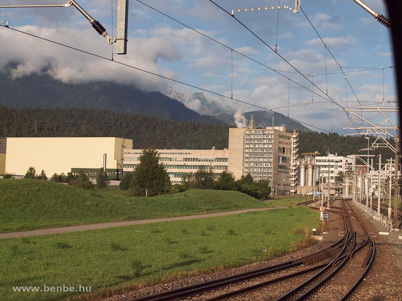 Alpesi ipar: az Ems Chemie a Rh�tische Bahn vonala mellett fot�