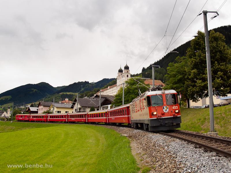A Ge 4/4 II  622 egy sima REX-vonattal indul Disentisből fot�
