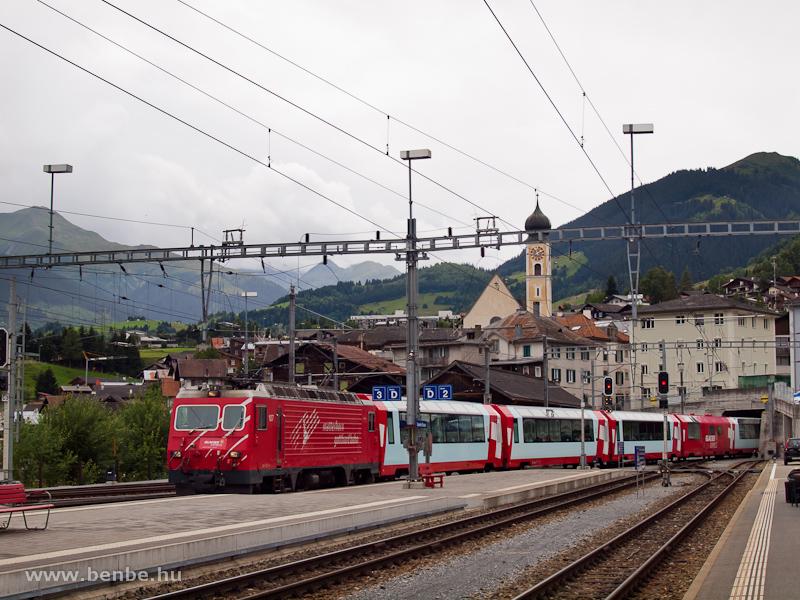 A Matterhorn-Gotthardbahn HGe 4/4 II  107-es, fogaskerekű villanymozdonya egy újabb Glacier-expresszel érkezik Disentis állomásra fotó