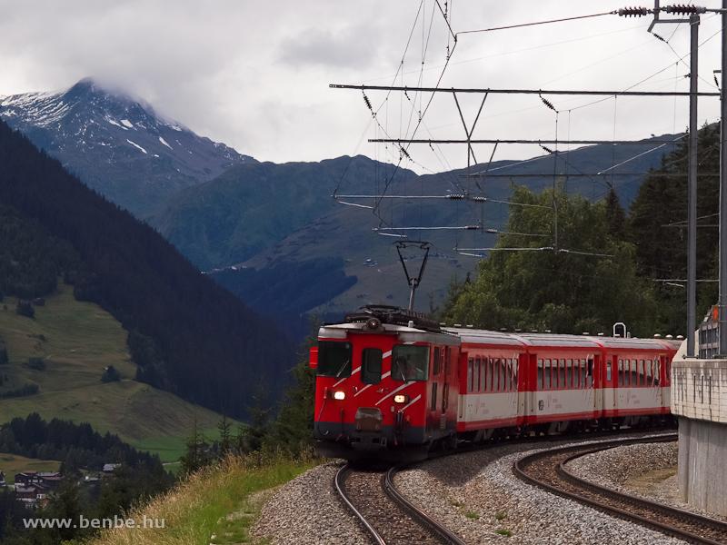 A Matterhorn-Gotthardbahn Deh 4/4 I -es poggy�szmotorkocsija egy szem�lyvonattal �rkezik Momp� Tujetsch �llom�sra fot�