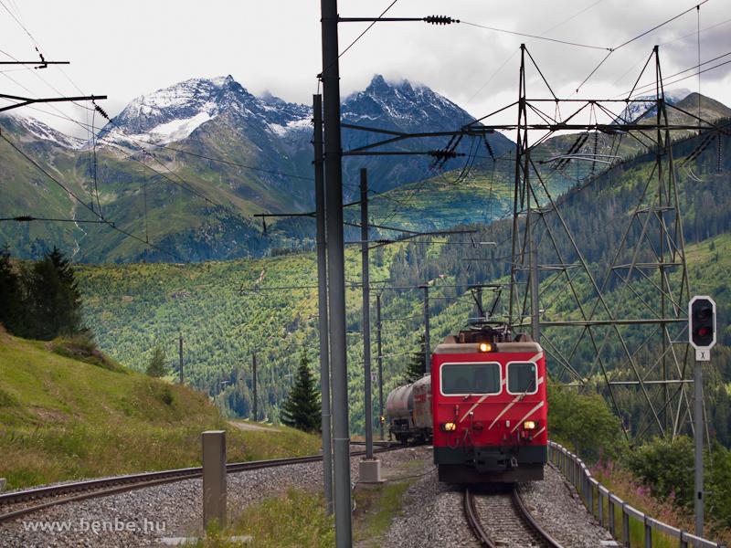 A Matterhorn-Gotthardbahn HGe 4/4 II  104 pályaszámú fogaskerekű villanymozdonya egy tehervonattal Tscheppa elágazásnál az Oberalppassra vezető vonalon fotó