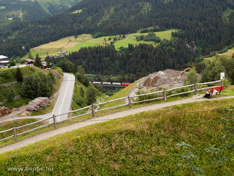 Az MGB HGe 4/4 II  104-es tehervonatával a Gotthard-bázisalagút Las Rueras telephelyére vezető vonal nagy acélviaduktján fotó