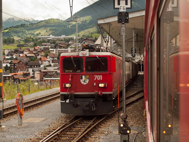 Az RhB Ge 6/6 II  701 a korábban látott tehervonattal immár adhéziós üzemben Disentis/Mustér állomás csarnokában fotó