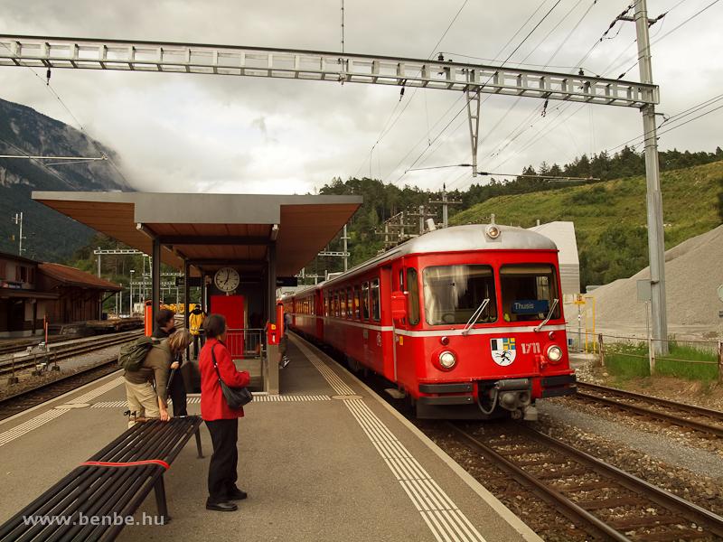 Az RhB 1711-es pályaszámú Be 4/4 vezérlőkocsija Reichenau-Tamins állomáson egy Thusisba tartó S-Bahn vonattal fotó