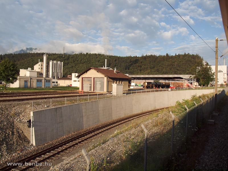 Normálnyomközű tartálykocsik, az ipari mozdonyok fűtőháza és a Sallinger-fatelepre vezető fonódott iparvágány aluljárója Ems Werknél fotó