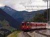 A Matterhorn-Gotthardbahn Deh 4/4<sup>I</sup>-es poggy�szmotorkocsija egy szem�lyvonattal �rkezik Momp� Tujetsch �llom�sra
