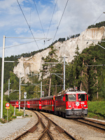 A Ge 4/4<sup>II</sup> 625 egy Disentis/Mustr - Scuol-Tarasp REX vonattal Versam-Safien llomson