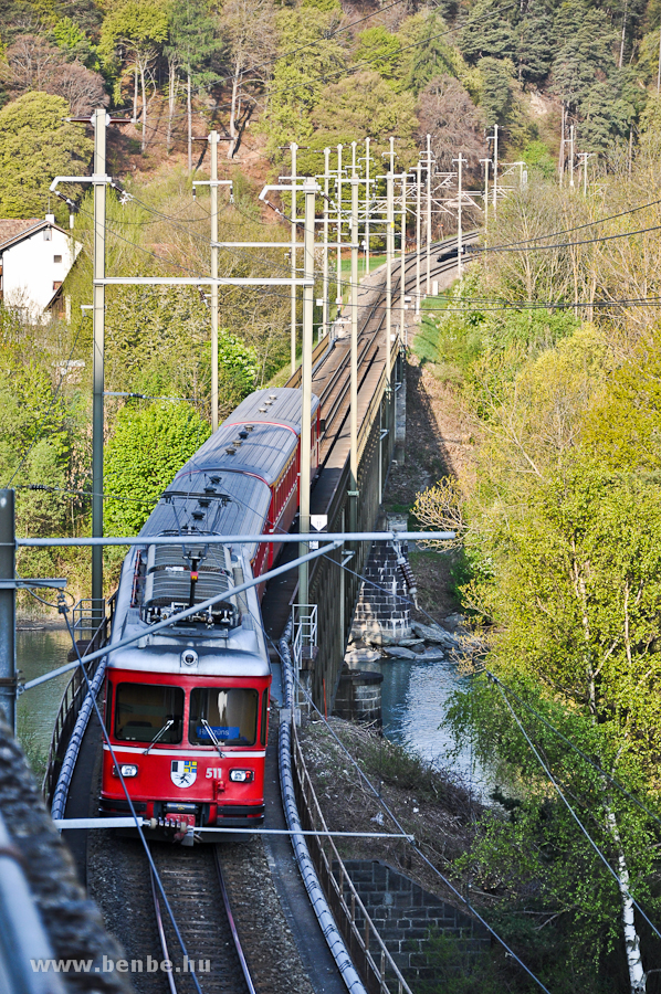 Az RhB Be 4/4 511 pályaszámú S-Bahn motorvonat egy S1-es járattal Rhäzünsbe menet halad át a reichenaui Hátsó-Rajna hídon fotó