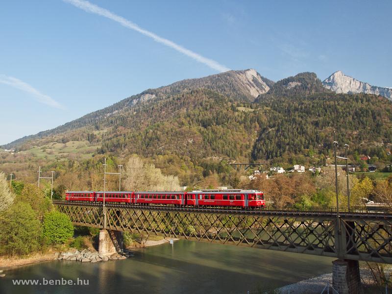 A Be 4/4 511-es S-Bahn Rhäzünsből Schiersbe tart a Hátsó-Rajna hídján Reichenau-Taminsnál fotó