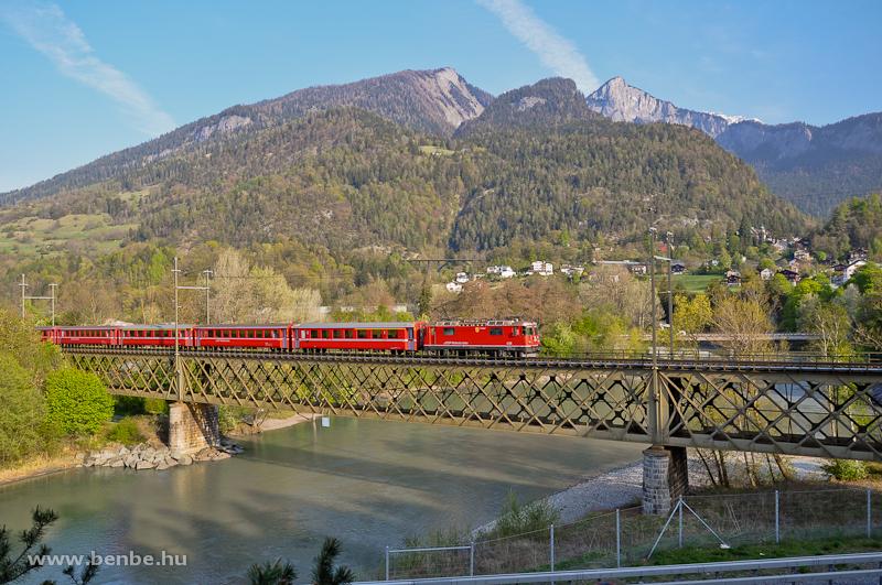 Az RhB Ge 4/4 II  628 egy Disentis/Mustér - Chur - Vereinatunnel - Scuol-Tarasp RegioExpress vonattal a Hátsó-Rajna hídján Reichenau-Taminsnál fotó