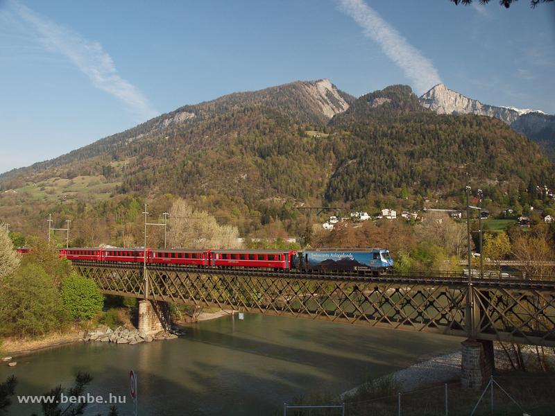 A Ge 4/4 III  647  Bündner Kantonalbank  a reichenaui Hátsó-Rajna hídon fotó