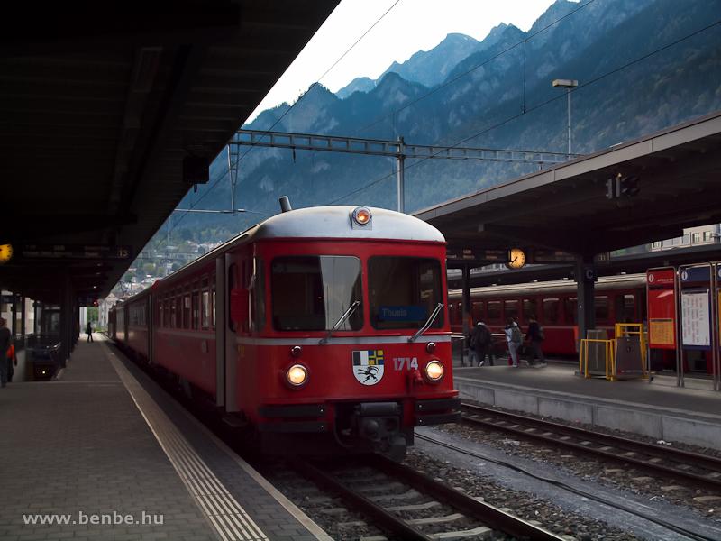 Az RhB Be 4/4 514 pályaszámú S-Bahn motorvonat 1714 pályaszámú vezérlőkocsija Chur állomás legkülső peronja mellett fotó
