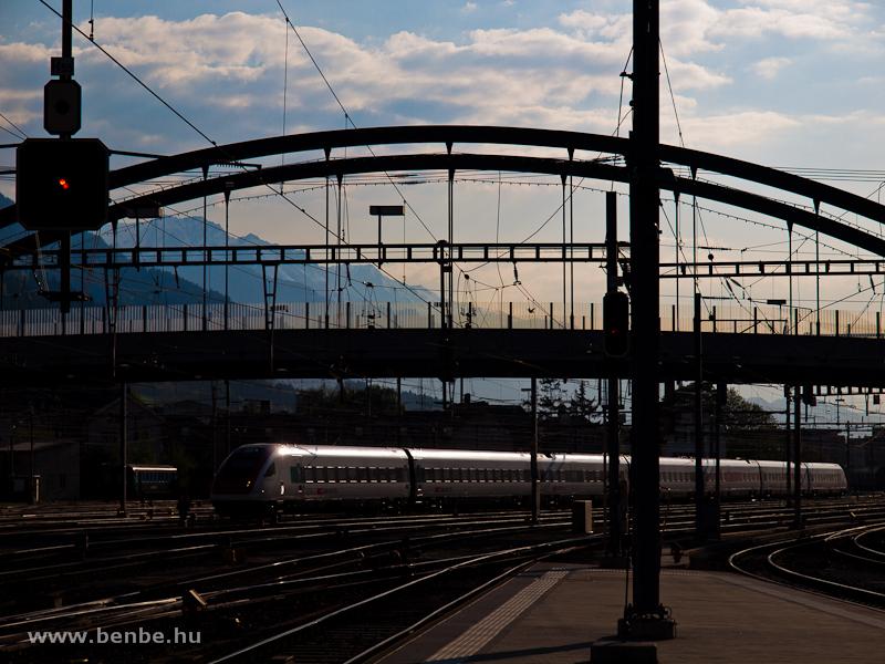 SBB billenőszekrényes városközi motorvonat (ICN) Chur üzemi pályaudvarán fotó