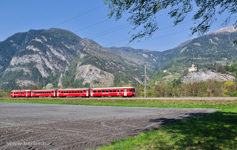 The RhB S-Bahn trainset Be 4/4 512 with driving trailer 1712 on the lead between Rothenbrunnen and Rodels-Realta by Schloss Ortenstein photo