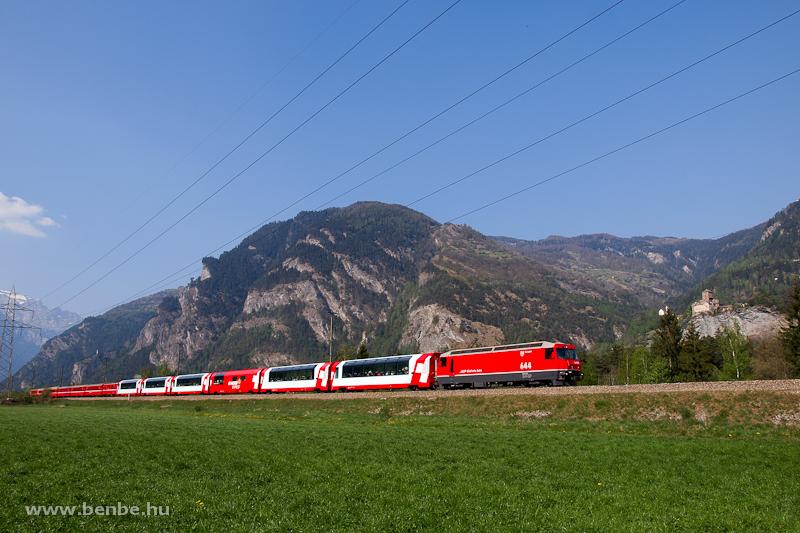 Az RhB Ge 4/4 III  644  Savognin  Rothenbrunnen és Rodels-Realta között a Glacier-expresszel a Schloss Ortensteinnél fotó